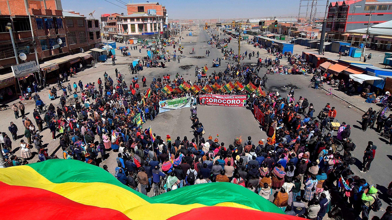 Un grupo de manifestantes bloquea una carretera que comunica el altiplano con la ciudad de La Paz, este miércoles en El Alto, Bolivia.