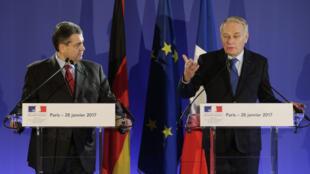Jean-Marc Ayrault et son homologue allemand,, Sigmar Gabriel, lors d'une conférence de presse commune à Paris, samedi 28 janvier.