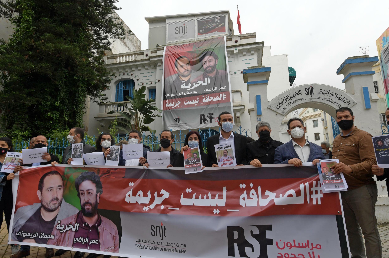 Photo datant du 3 mai 2021 montrant des membres de l'Union tunisienne des journalistes affichant leur soutien au journaliste marocain Soulaimane Raissouni, condamné le 9 juillet à cinq ans de prison pour agression sexuelle, à Tunis.
