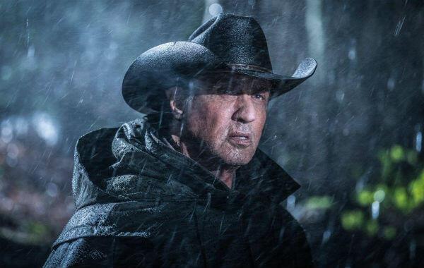 Sylvester Stallone reprend du service en Rambo.