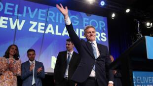 El líder del Partido Nacional, Bill English, saluda a sus seguidores en el evento de su partido en Auckland, el 23 de septiembre de 2017.