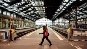 Une employée de la SNCF, gare de Lyon, à Paris, en mars 2018.