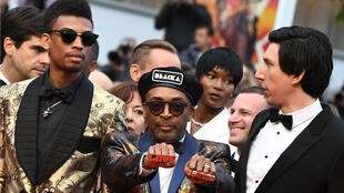 """El director Spike Lee rodeado de John David Washington y Adam Driver, los protagonistas de """"BlacKkKlansman"""", el 14 de mayo de 2018 en Cannes."""