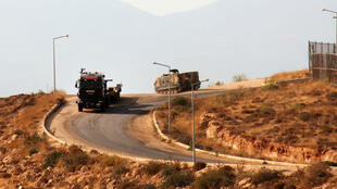 Blindés et camion turques circulent près de la frontière turco-syrienne, le 13 octobre 2017.