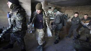 جنود أوكرانيون في بلدة تقع على مقربة من مطار دونيتسك