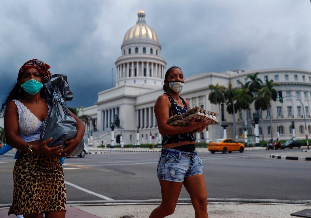Dos mujeres caminan frente al capitolio de La Habana, Cuba, el 8 de julio de 2020, en medio de la emergencia por la propagación del brote de Covid-19.