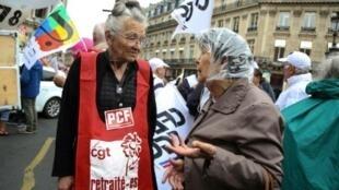امرأة مسنة تشارك في تظاهرة في 14 حزيران/يونيو 2018 في باريس للمطالبة بزيادة معاشاة التقاعد والاحتجاج على سياسات الحكومة الفرنسية