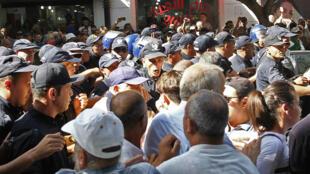 Les forces de l'ordre face aux manifestants, le 8octobre2019, dans les rues d'Alger.