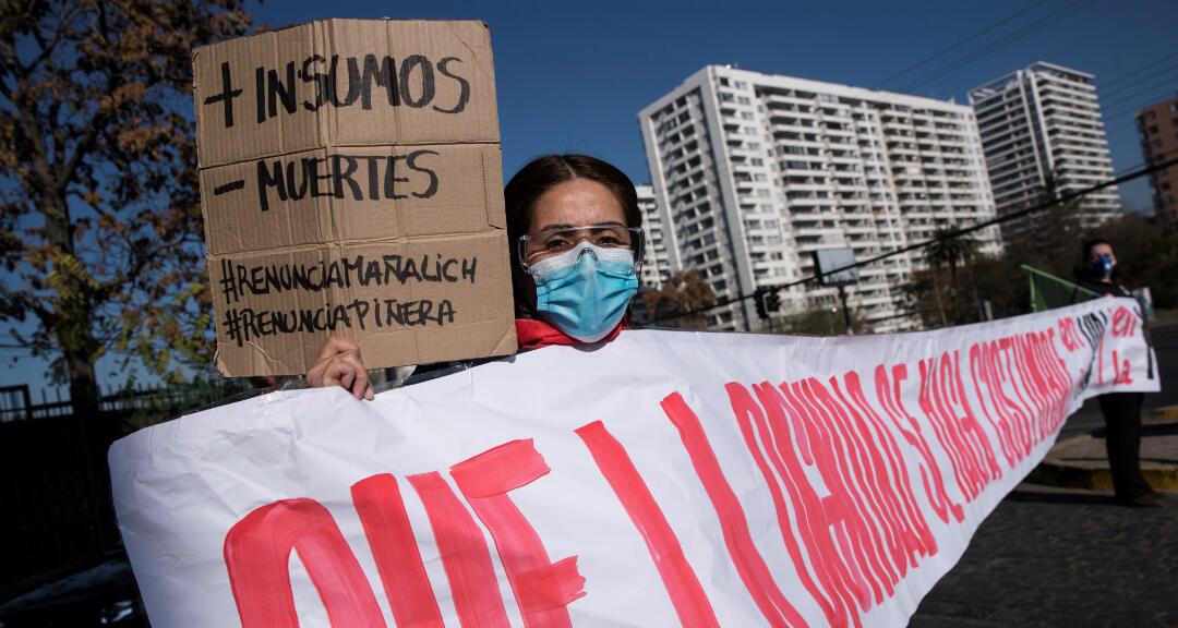 Organizaciones de trabajadores y usuarios de los servicios de salud protestan este jueves, contra la gestión de la pandemia de Covid-19 por parte del Gobierno de Sebastián Piñera, así como contra el ministro de Sanidad del país, Jaime Mañalich, en la entrada del Hospital Barros Luco Trudeau, comuna de San Miguel en Santiago, Chile.
