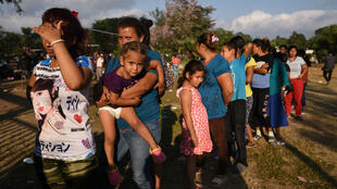 La caravane d'un millier de migrants d'Amérique centrale a traversé le Mexique pour entrer aux États-Unis.