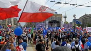 """Des manifestants polonais pendant la """"marche de la liberté"""" à Varsovie le 6 mai 2017."""