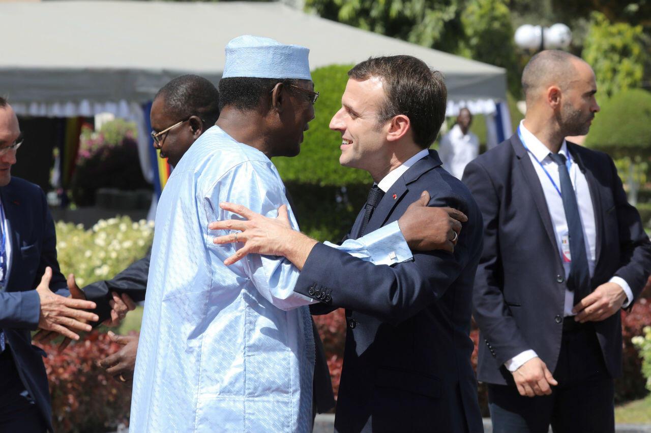 Le chef de l'État français Emmanuel Macron, reçu à N'Djamena par le président tchadien Idriss Déby, le 22 décembre 2018.