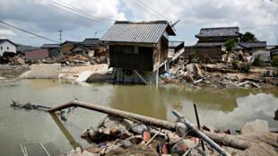 Casas sumergidas y destruidas en un área inundada en la ciudad de Mabi, en Kurashiki, Prefectura de Okayama, Japón, el 10 de julio de 2018.
