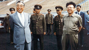 """كيم إيل-سونغ مؤسس """"جمهورية كوريا الشمالية الديمقراطية"""" (يسار) إلى جانب ابنه وخلفه كيم جونغ-إيل الذي جعل من بلاده قوة نووية - العام 1992"""