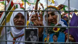 Deux femmes tiennent des photos du coeader du Parti démocratique des peuples, Selahattin Demirtas, lors d'une manifestation à Diyarbakir, le 17 septembre 2017.