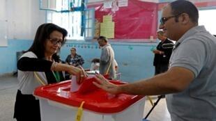تونسية تدلي بصوتها في مركز اقتراع أثناء الانتخابات البرلمانية، تونس، 6 أكتوبر/ تشرين الأول 2019