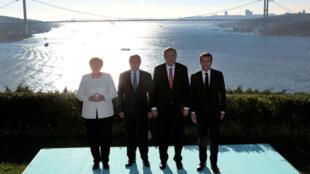 Erdogan, Merkel, Poutine et Macron posent devant le Bosphore à Istanbul le 27 octobre 2018.