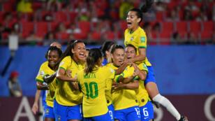 Les Brésiliennes célèbrent le but de Marta, le 18juin à Valenciennes.
