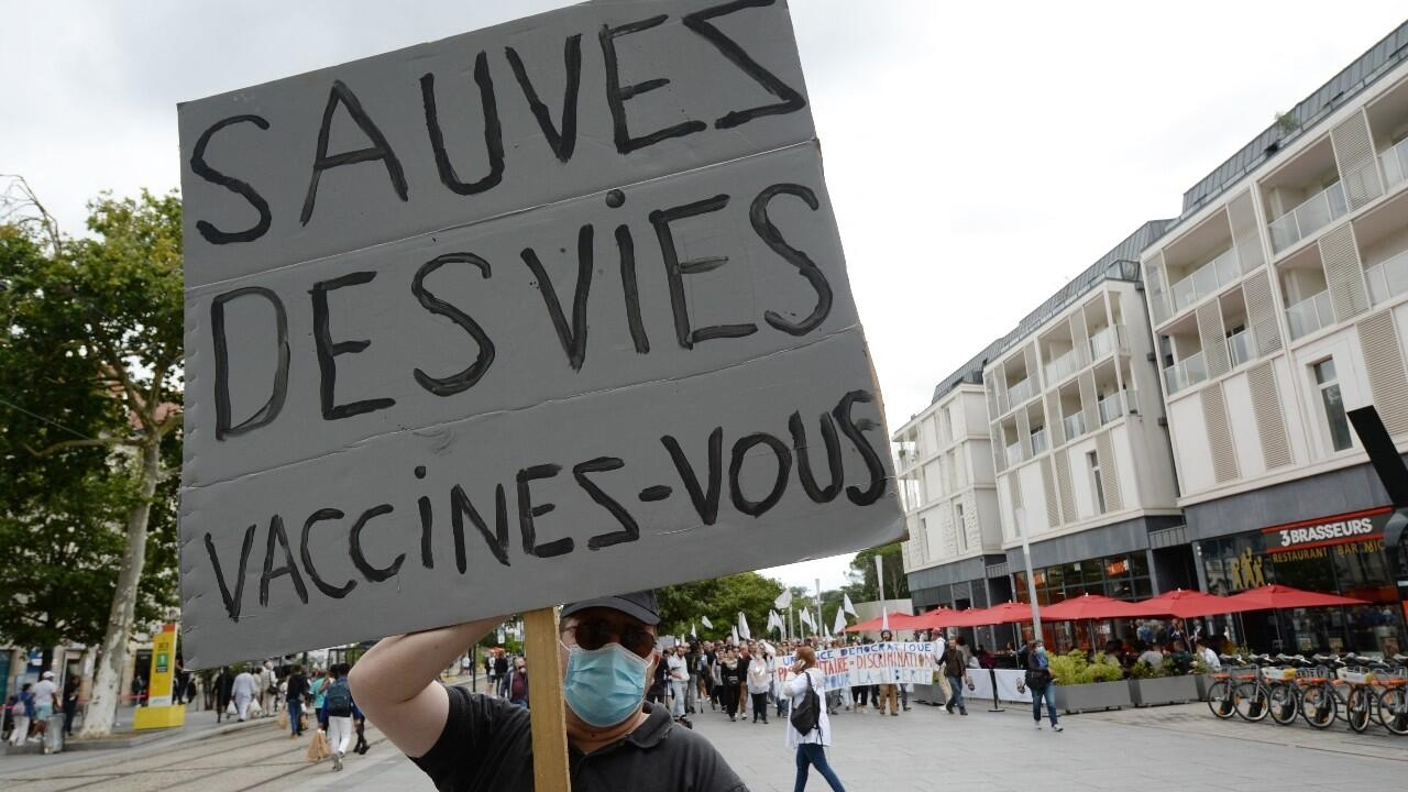 Malgré les appels de l'OMS, Emmanuel Macron confirme un rappel vaccinal pour les plus fragiles