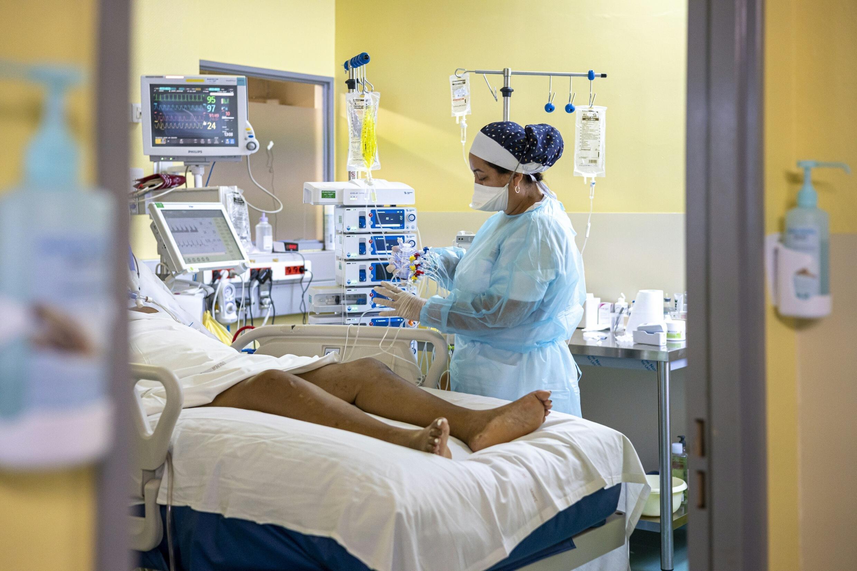 Une infirmière prodigue des soins à un patient atteint du  Covid-19 au centre hospitalier de Cayenne le 25 septembre 2021