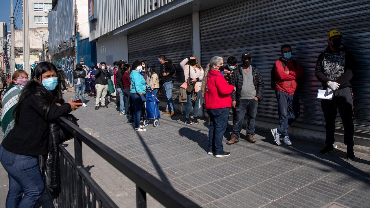 Un grupo de personas hace fila para ingresar a un banco, en Santiago, Chile, el 5 de junio de 2020.