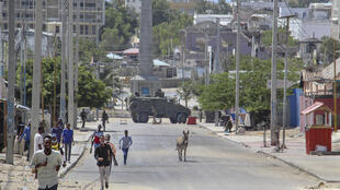 Men flee the site of the violent clashes in the Somali capital