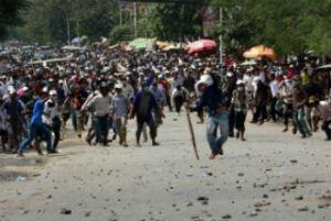 Échauffourées entre ouvriers du textile cambodgiens les forces de police, le 12 novembre 2013 à Phnom Penh.