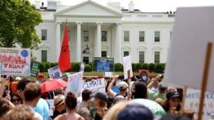 """La """"Marche pour le climat"""" s'est terminée devant la Maison Blanche, samedi 29 avril 2017."""