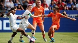 Les joueuses de l'équipe des États-Unis et des Pays-Bas, lors de la finale de la Coupe du Monde féminine, le 7 juillet 2019.