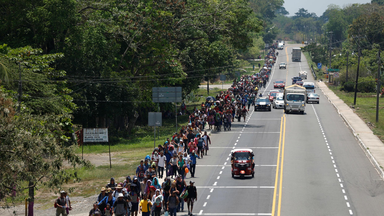 Una caravana de migrantes proveniente de Honduras avanza hacia el norte del continente por una carretera en Tuxtla Chico, México, el 12 de abril de 2019.