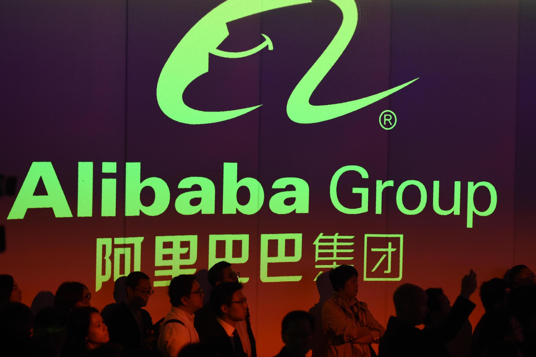 Un grupo de personas aiste a la salida a Bolsa del grupo chino Alibaba el 26 de noviembre de 2019 en Hong Kong