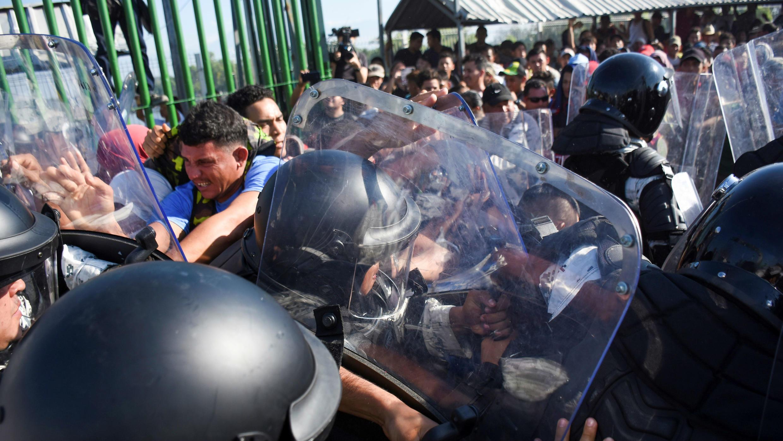 Un grupo de migrantes centroamericanos se enfrenta a autoridades mexicanas en la frontera entre Guatemala y México, el 18 de enero de 2020.
