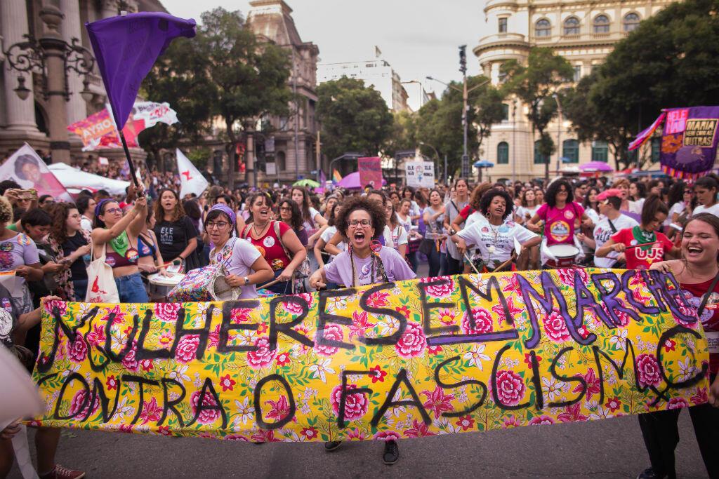 """Des dizaines de milliers de Brésiliennes manifestent samedi 29 septembre à Rio derrière la banderole """"Les femmes en marche contre le fascisme""""."""