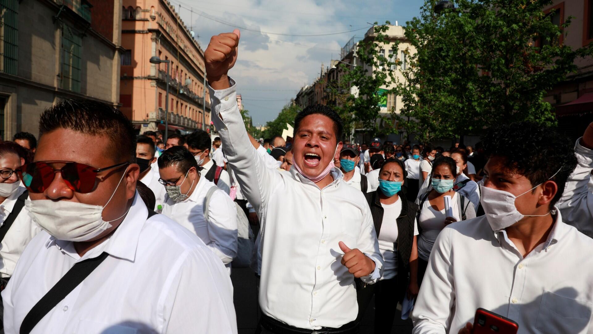 Los camareros participan en una protesta frente al Palacio Nacional para exigir al gobierno federal ayuda con la pérdida de empleos, después de que el gobierno de México declaró una emergencia de salud y emitió normas más estrictas para contener la propagación de la enfermedad por coronavirus (COVID-19), en la Ciudad de México , México, 5 de abril de 2020.