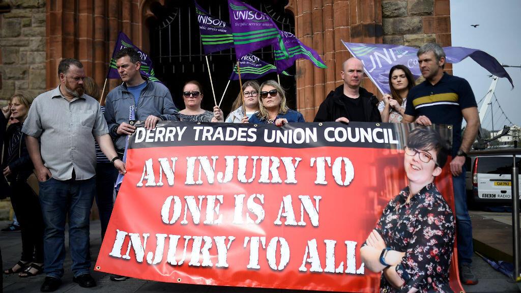 Personas asiste a una vigilia en Guildhall en memoria de Lyra McKee, de 29 años de edad, quien fue asesinada a tiros en Londonderry, Irlanda del Norte. Foto tomada el 19 de abril de 2019.