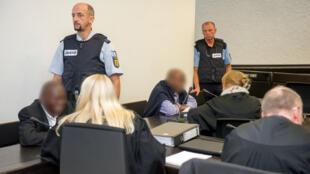 Ignace Murwanashyaka (au fond) et Straton Musoni (à gauche) le 28 septembre dans le tribunal supérieur régional de Stuttgart, dans le sud de l'Allemagne.