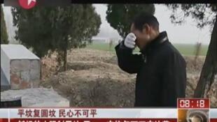 Un hombre llora frente a un panteón destruido dentro de la campaña de reubicación de tumbas en Zhoukou.