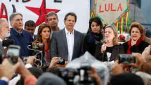 El candidato del Partido de los Trabajadores se dirige a sus seguidores tras ser elegido para sustituir a Lula da Silva. 11 de septiembre de 2018.