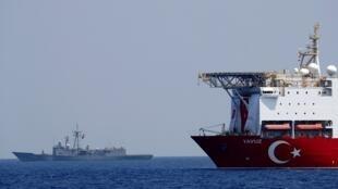 فرقاطة تركية ترافق سفينة للتنقيب في شرق البحر الأبيض المتوسط قبالة سواحل قبرص. 6 أغسطس/آب 2019.
