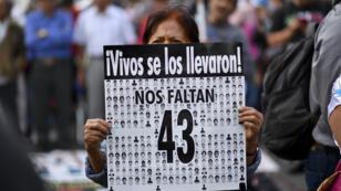 Familiares y compañeros de los 43 estudiantes desaparecidos de la escuela normalista en Ayotzinapa, que desaparecieron en septiembre de 2014, realizan una manifestación para conmemorar 43 meses desde su desaparición en la Ciudad de México el 26 de abril de 2018.