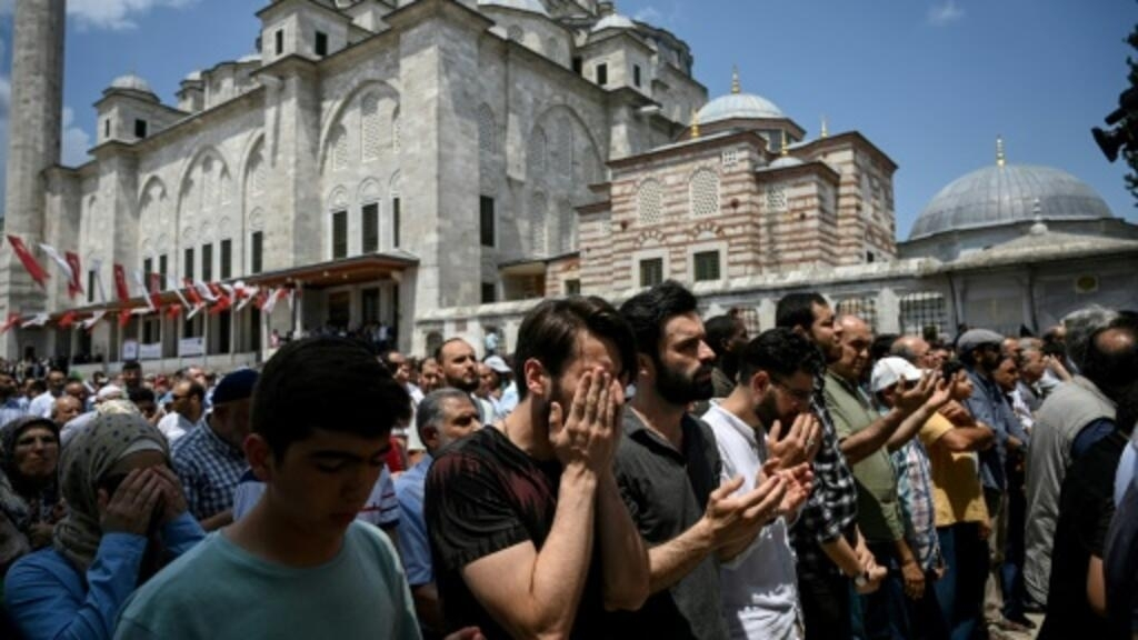 Thousands in Istanbul pray for ex-Egyptian president Morsi