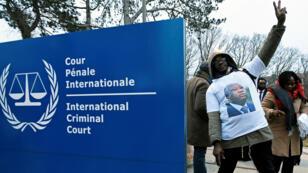 Un partidario del expresidente de Costa de Marfil, Laurent Gbagbo, celebra fuera de la Corte Penal Internacional en La Haya, Países Bajos, el 1 de febrero de 2019.