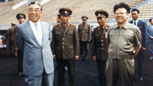 مؤسس جمهورية كوريا الشمالية كيم إل سونغ (يسار) إلى جانب نجله وخلفه كيم جونغ إل (يمين) في 1992.