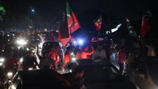 Des supporters de l'ancien champion de cricket Imran Khan dans les rues de Lahore, le 26 juillet 2018.