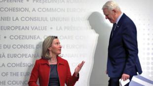 La jefa de la diplomacia europea, Federica Mogherini, conversa con el ministro rumano de Exteriores, Teodor Melescanu (d), durante una rueda de prensa tras la segunda jornada de la reunión informal de ministros de Exteriores de la Unión Europea (UE), este 1 de febrero en Bucarest, Rumanía