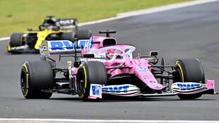 La Racing Point de Sergio Perez devance la Renault de Daniel Ricciardo lors du Grand Prix de Hongrie le 19 juillet 2020