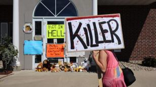Des militants devant le cabinet du dentiste Walter Palmer, l'Américain accusé d'avoir tué le lion Cecil.
