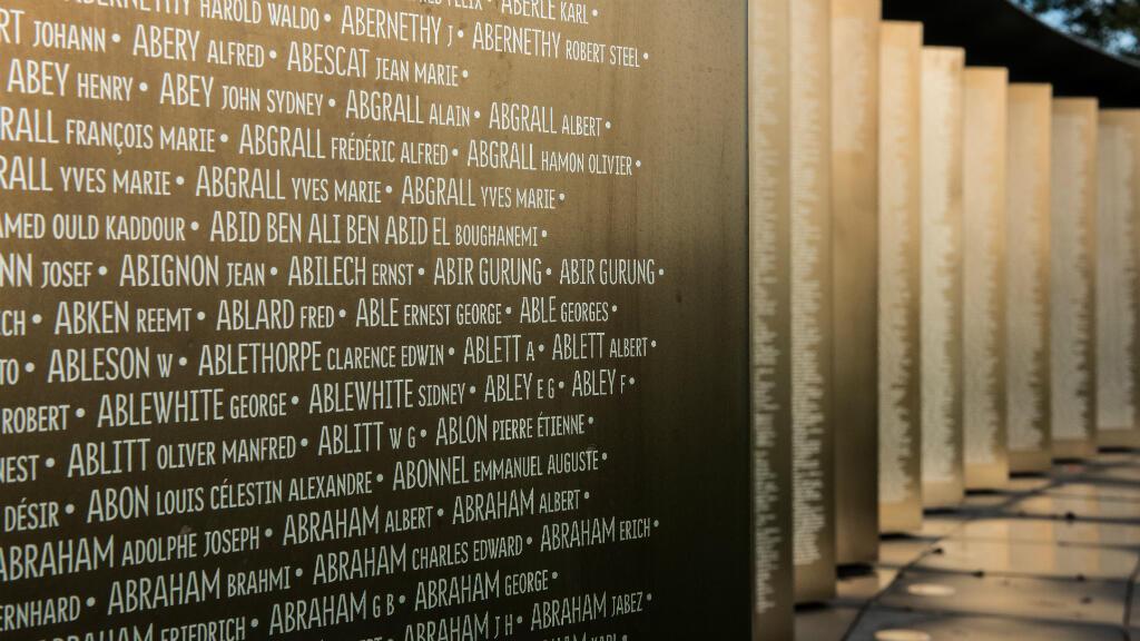 أسماء جنود على جدارية في نوتردام دو لوريت ميموريال