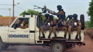 Des gendarmes burkinabè patrouillent dans le nord du pays, le 30 octobre 2018.
