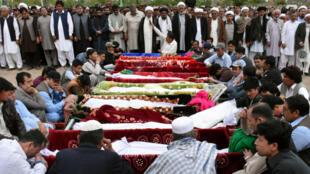 Familiares se reúnen durante funeral para las víctimas de una explosión registrada dentro de una plaza de mercado en Quetta. 12 de abril de 2019.